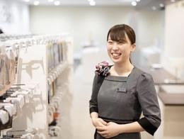 多くのお客様に接する仕事です。お客様に感謝されることに喜びを感じることができる方であれば年齢、職歴関係なく大歓迎です。